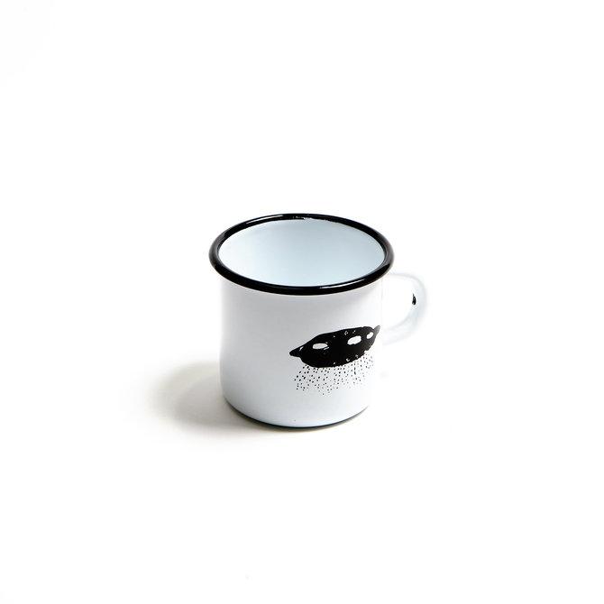 """Кружка новогодняя: Летающая тарелка. Рисунок от мастеров """"Простые вещи""""."""